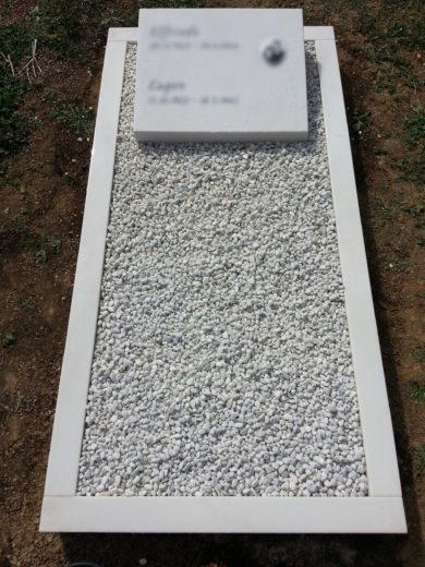 Pultstein aus fein geschliffenem Marmor mit handwerklich vertiefter Inschrift, Porzellanbild und Zirkonia Steinen umrahmt.